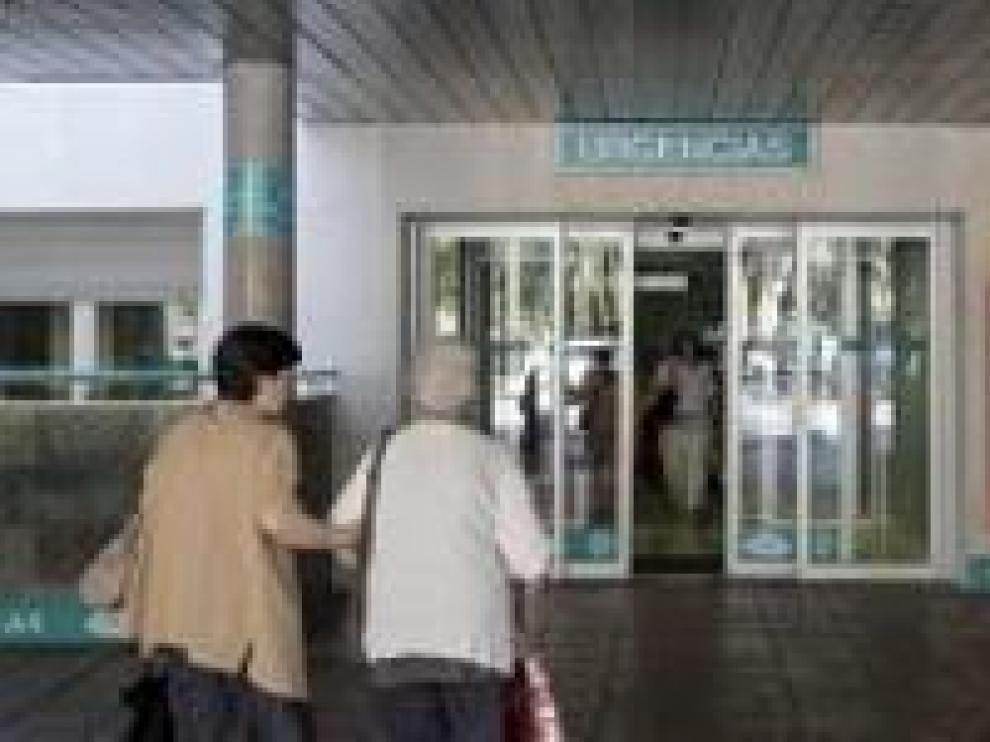Entrada al servicio de Urgencias del Hospital Miguel Servet.
