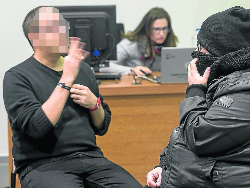 Iván José M. H., a la derecha, declaró en el juicio asistido por un intérprete puesto que es sordomudo.