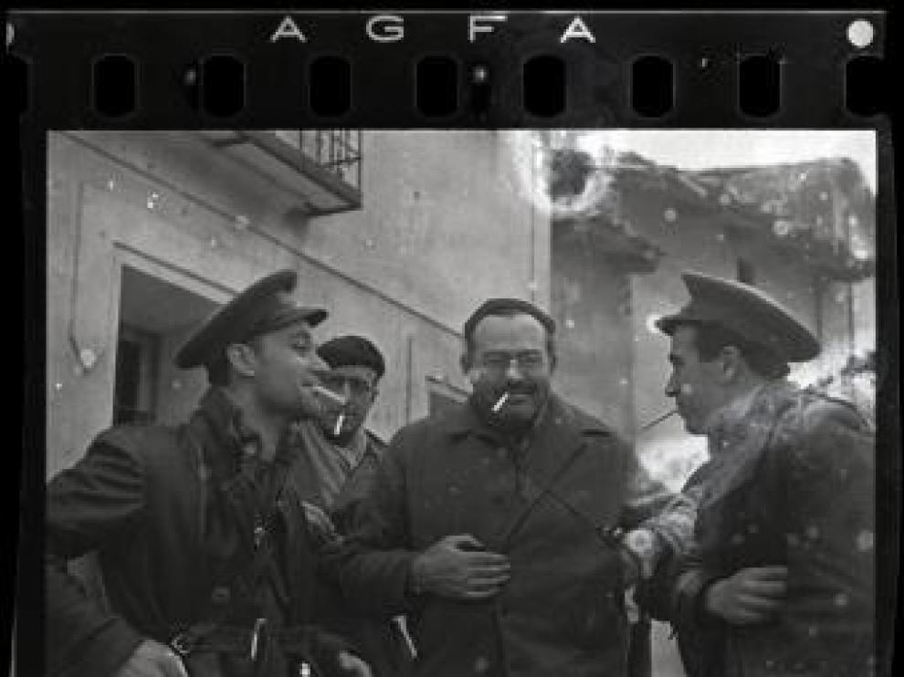 El escritor Ernest Hemingway, fotografiado por Robert Capa en Teruel.