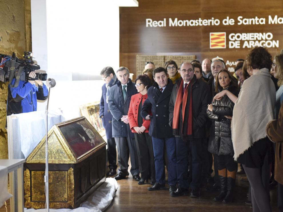 Una amplia delegación de todos los partidos, con el presidente Lambán a la cabeza, visitó este martes el monasterio de Sijena.