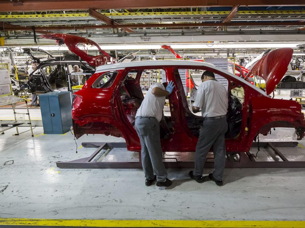 Operarios trabajando en la planta de Opel España en Zaragoza