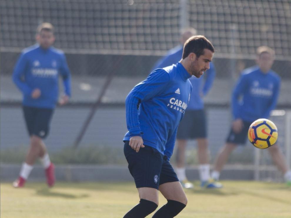 Mikel González juega la pelota en un entrenamiento en la Ciudad Deportiva.