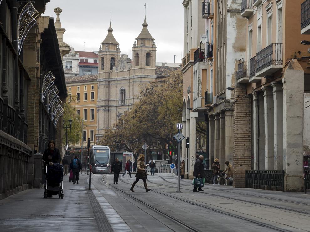 La llegada del tranvía cambió, una vez más, la fisonomía de la avenida de César Augusto en su tramo inicial, lo que redujo la presencia de vehículos privados.