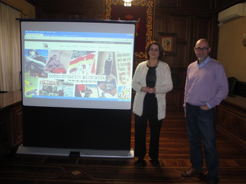 La alcaldesa, Emma Buj, y el arquitecto Amador Guillén, durante la presentación de la web.