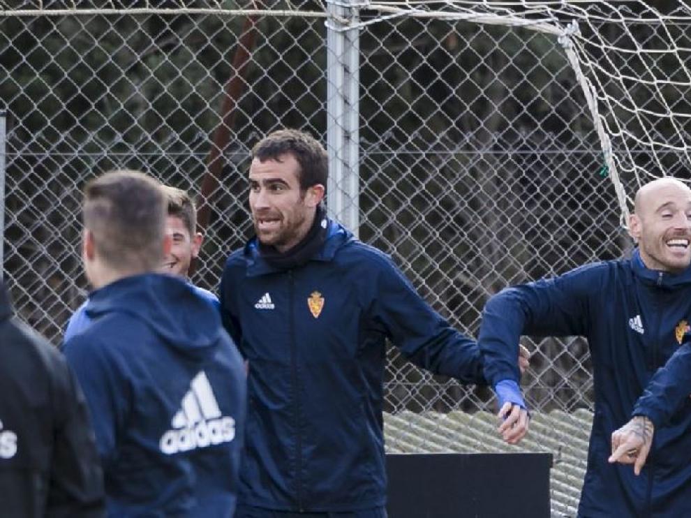 Mikel González y Toquero (a Febas se le ve parte del rostro a la izda.), al inicio del entrenamiento de este viernes.