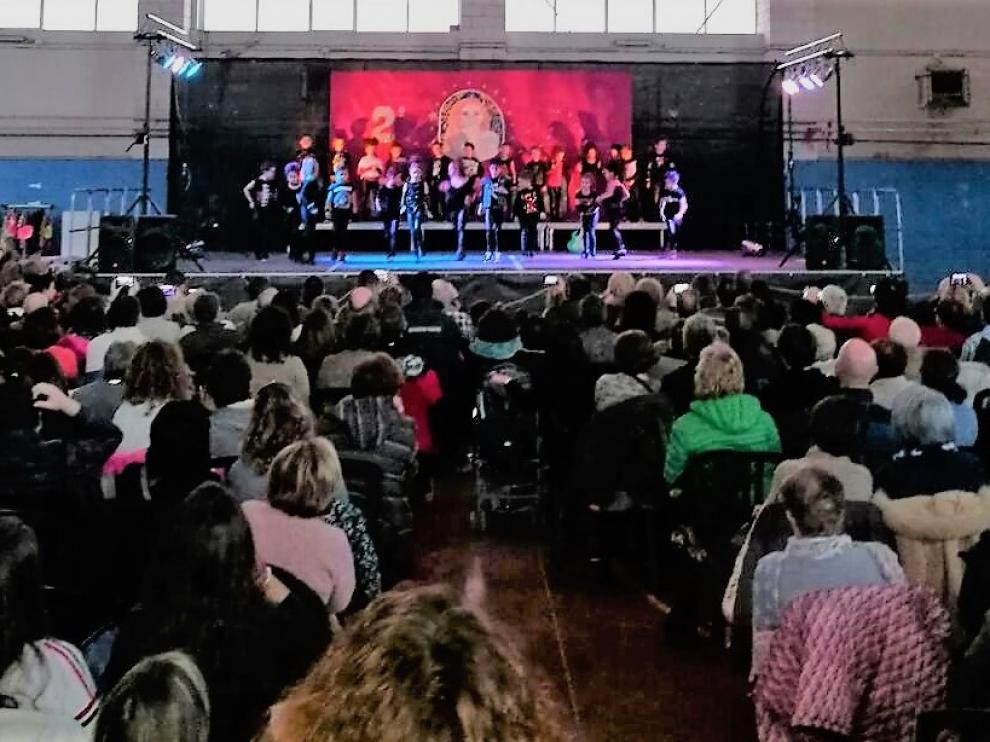 Los escolares durante una actuación en el escenario del pabellón municipal de Aínsa