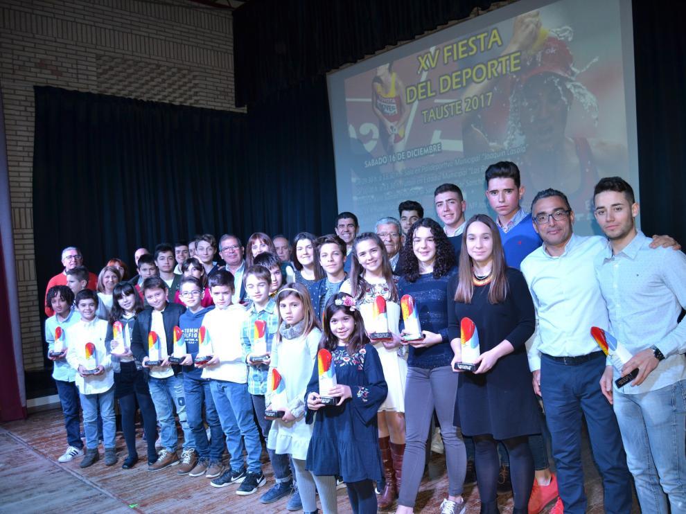 María José Poves junto a varios deportistas locales premiados en la fiesta del Deporte de Tauste.