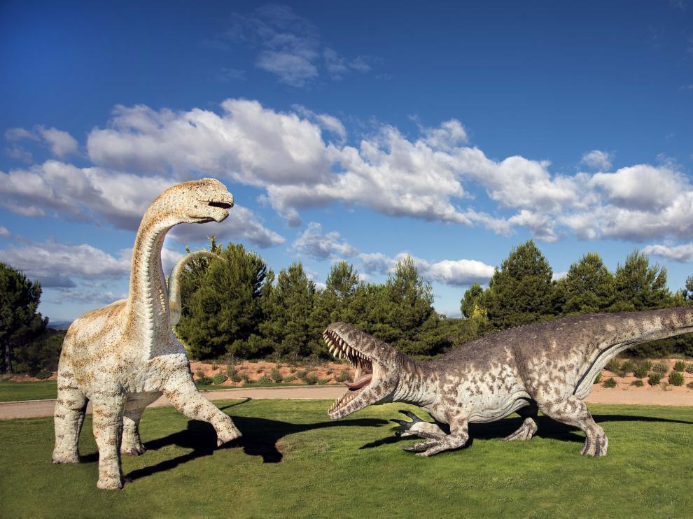 Lucha de Torvosaurus y Aragosaurus, reconstrucciones en la zona temática de 'Tierra Magna' de Dinópolis.