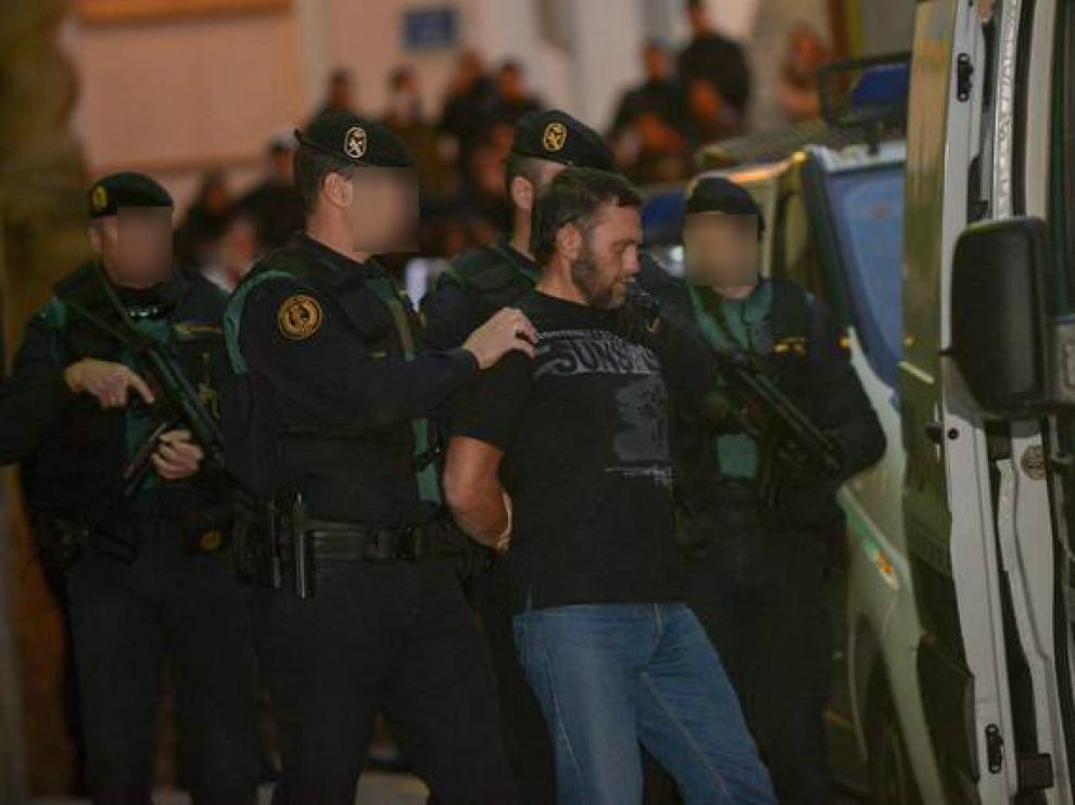 Igor el Ruso entra en el furgón policial tras confesar los crímenes ante la juez este domingo.