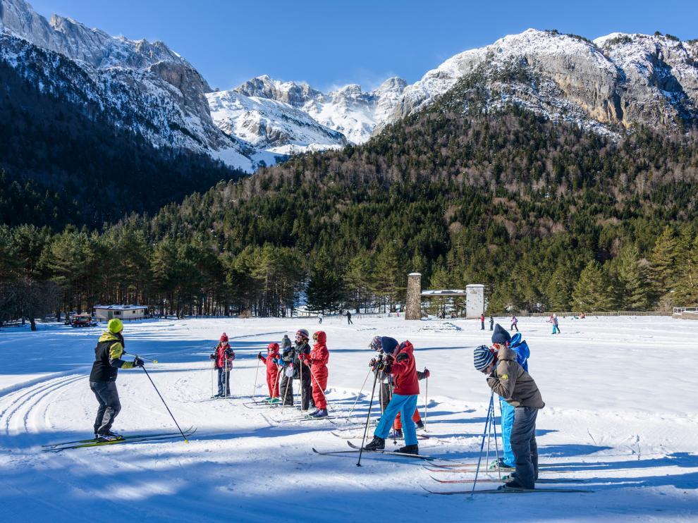 El esquí de fondo es una actividad ideal para realizar en grupo.