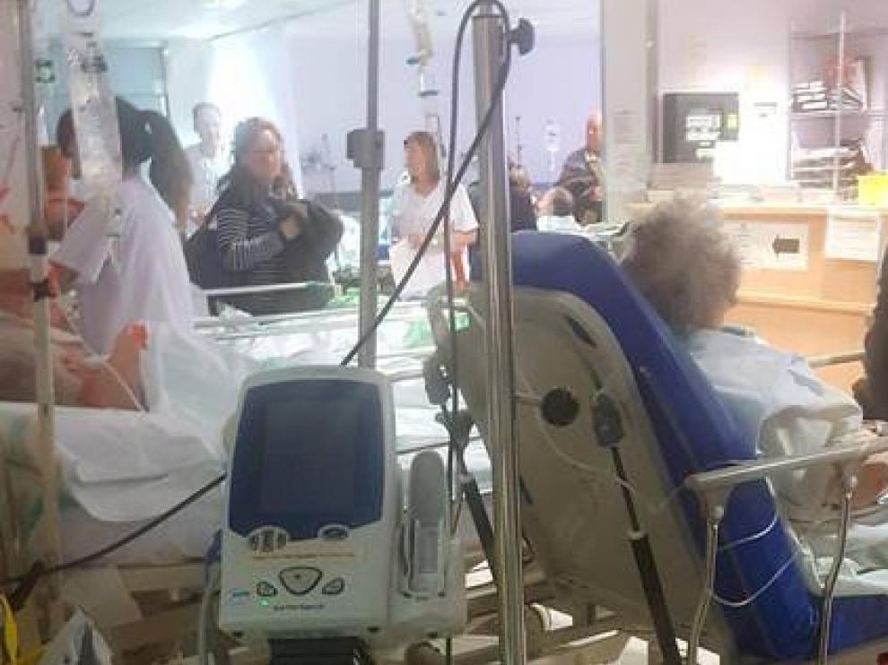 Así estaban algunos pacientes en el servicio de Urgencias del Royo Villanova este martes por la mañana