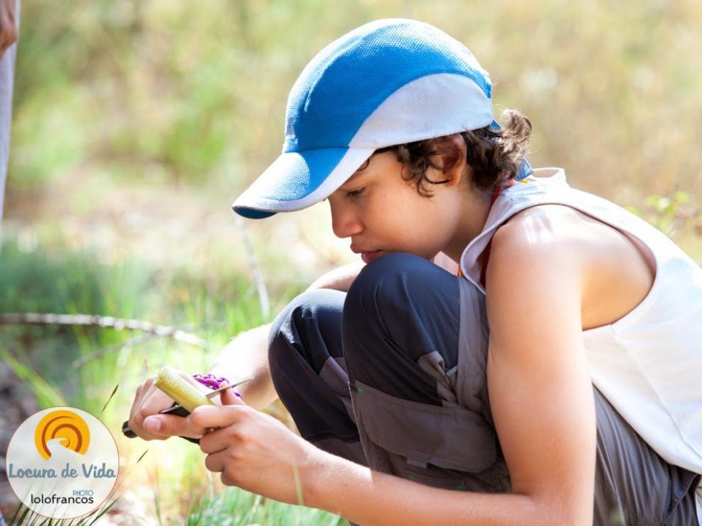 Un niño talla madera en la realización de la actividad.