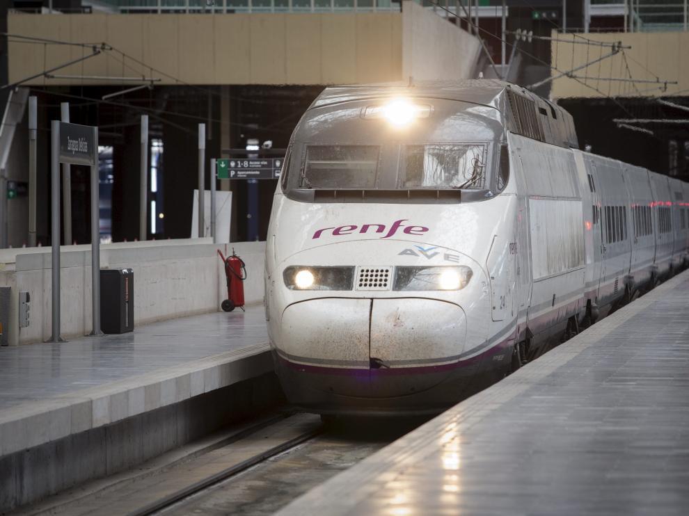 Un tren AVE en Zaragoza