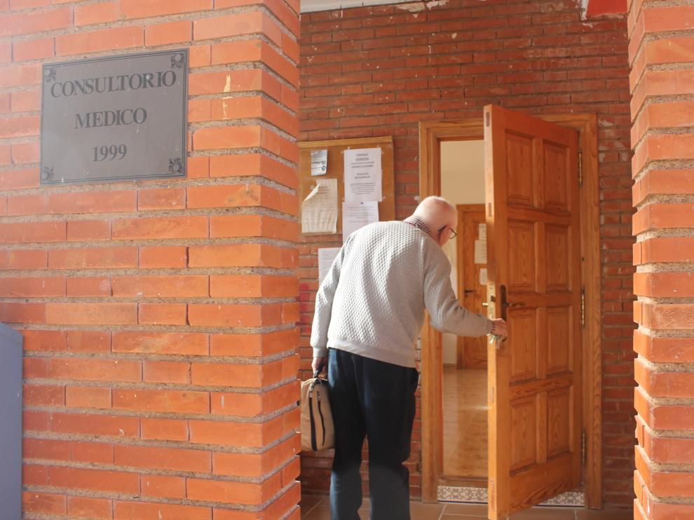 José Luis Remartínez entrando al consultorio médico de Ferreruela, en las antiguas escuelas.
