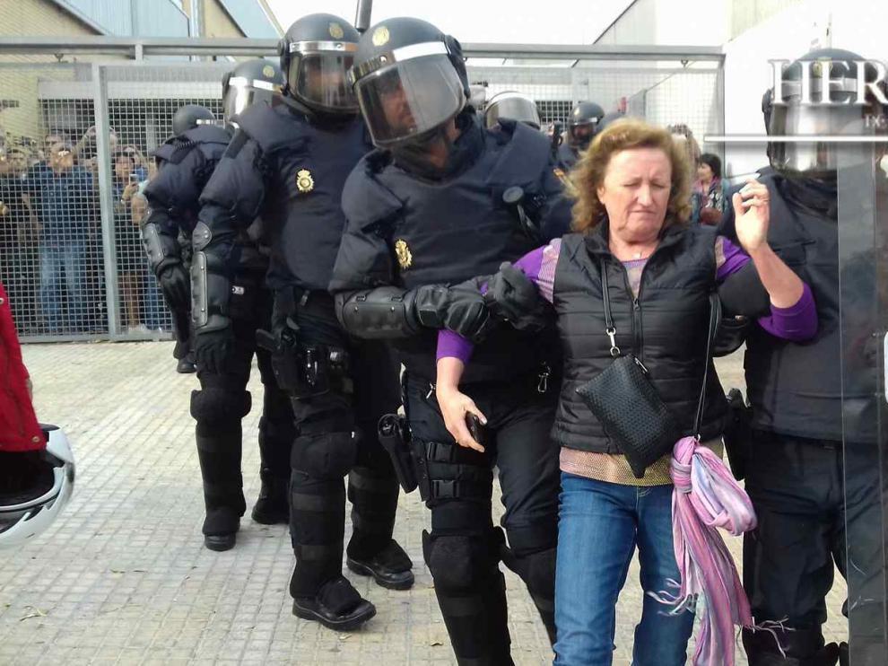 1-O. Fracaso del referéndum en Cataluña. El órdago del independentismo catalán al Estado de derecho fracasó en su intento de dotar al referéndum ilegal de unas mínimas garantías democráticas, hubo incidentes, algunos de ellos graves, en varios colegios electorales de Cataluña. En la imagen, una mujer es desalojada por la Policía en un centro de votación de Tarragona.