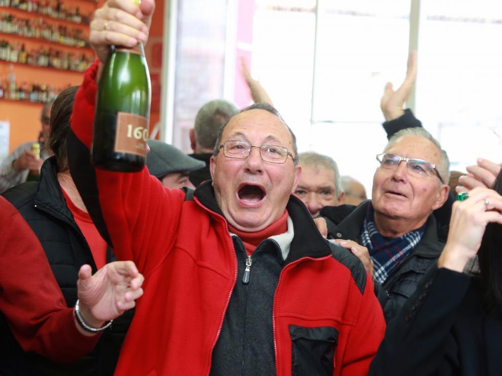 Unos agraciados con el tercer premio de la Lotería de Navidad el en la sede de la Tercera Edad en Alagón