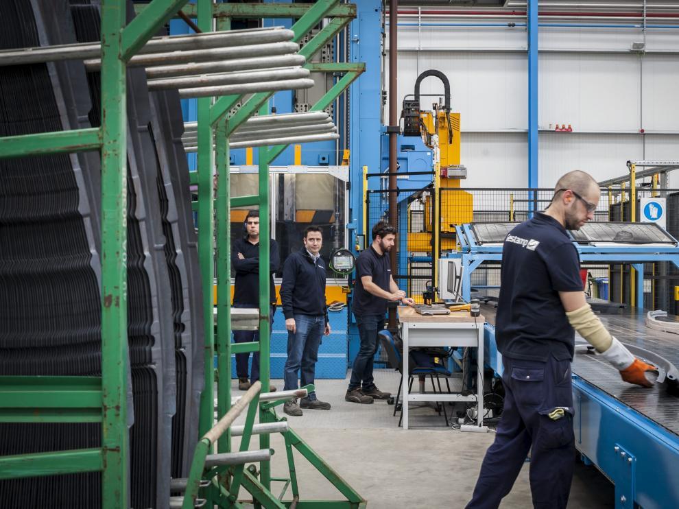 Trabajadores de una fábrica del sector del metal situada en Zaragoza.