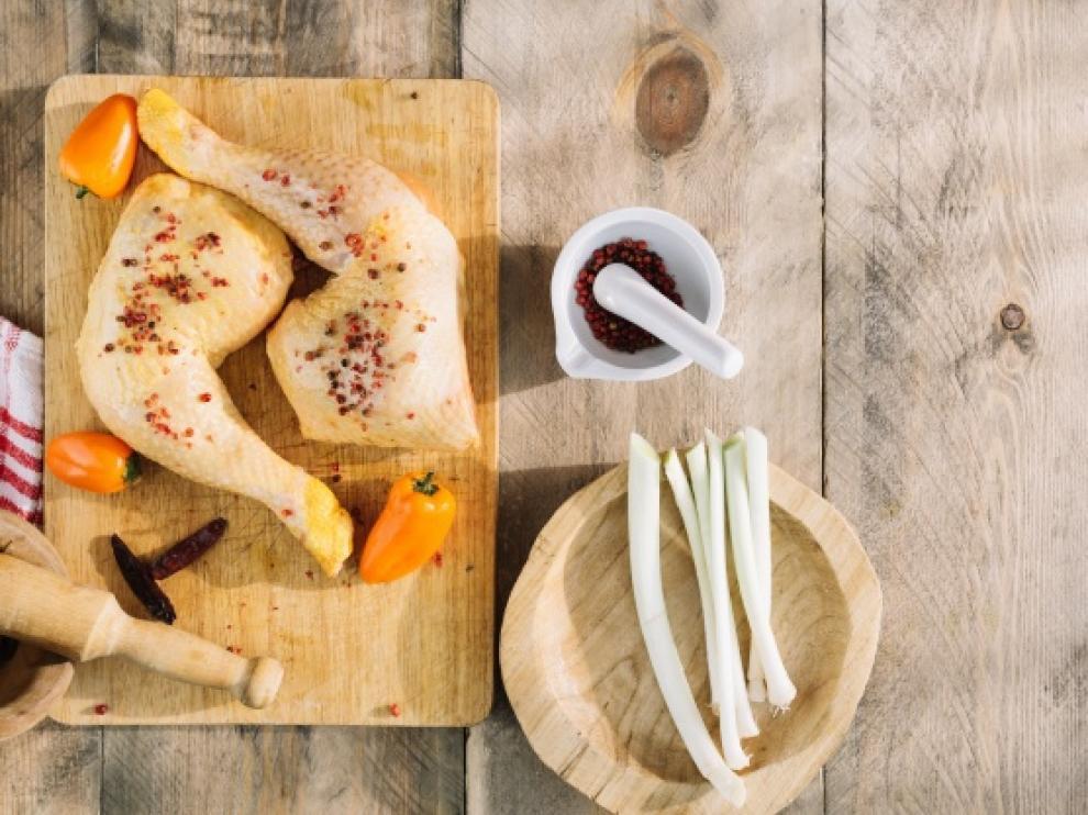 Muslos de pollo rellenos de espinacas y queso.