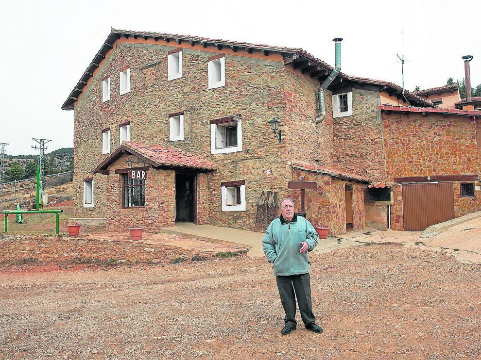 El empresario turístico Ángel Tébar, delante del Mas Blanco, un establecimiento acondicionado en una antigua masía.