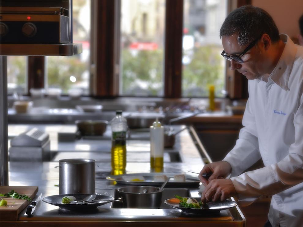 Carmelo Bosque, en la cocina del restaurante Lillas Pastia de Huesca.