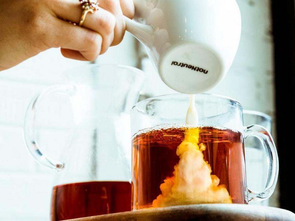 El té con leche es una apuesta segura para acabar con las tiritonas invernales.