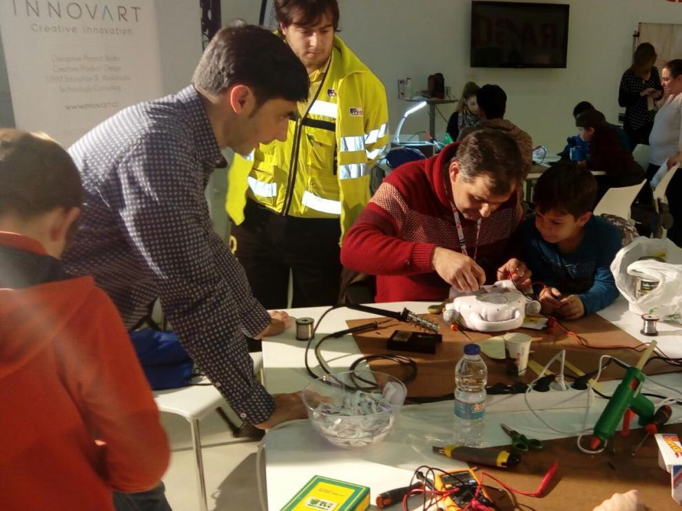 Imagen del 'Repair Café' celebrada en La Azucarera.