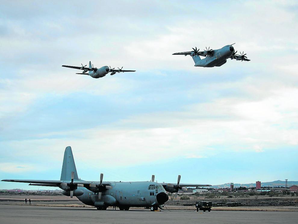 El nuevo avión A400, en el cielo, por delante del Hércules C-130, a su llegada a Zaragoza.