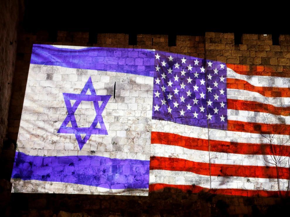 Banderas de Estados Unidos e Israel, proyectadas en el muro de la ciudad de Jerusalén