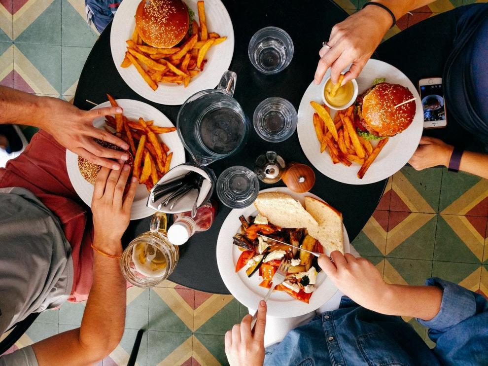 Las patatas fritas y las hamburguesas son dos de los que más adicción generan.
