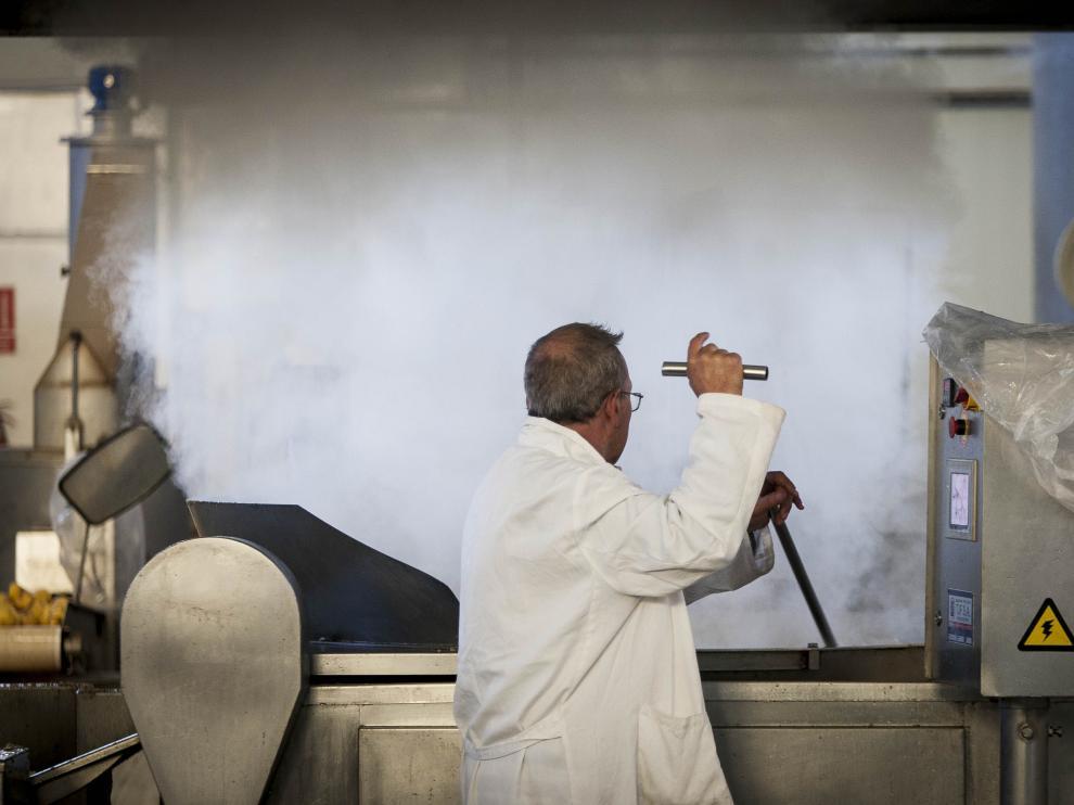 Julián Rubira vigila la fritura de las patatas en las instalaciones de Doruel.
