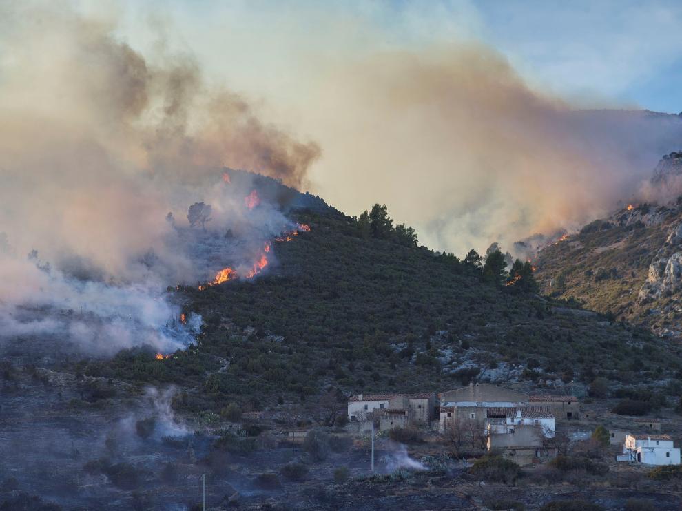 Se incorporan siete medios aéreos a la extinción del incendio de Castellón