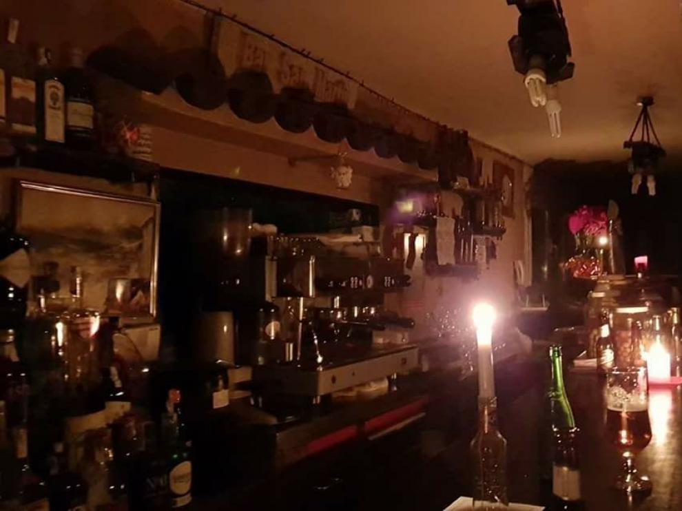 Las velas fueron necesarias en un bar de San Martín.