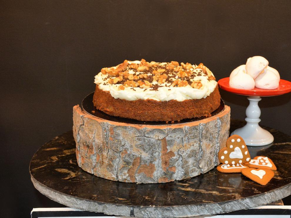 Las nueces que coronan la tarta de zanahoria le dan un toque delicioso.