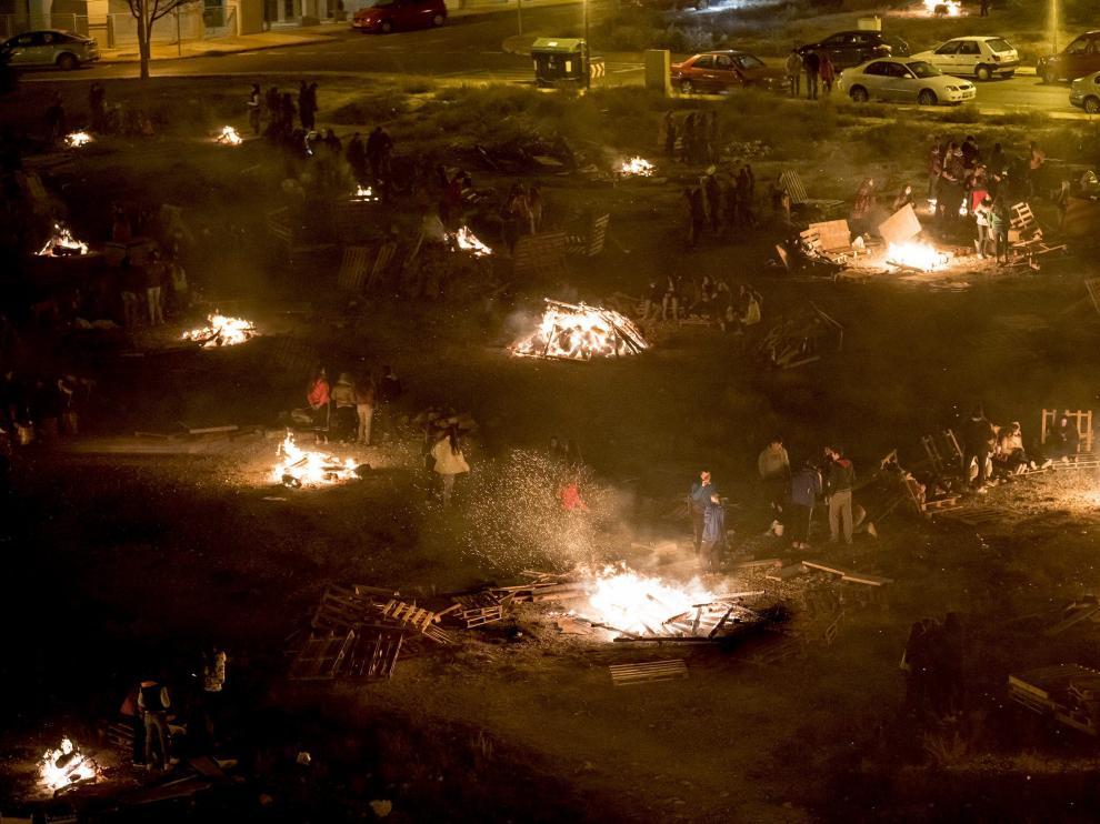 Decenas de hogueras en la explanada del centro de salud del Ensanche en Teruel