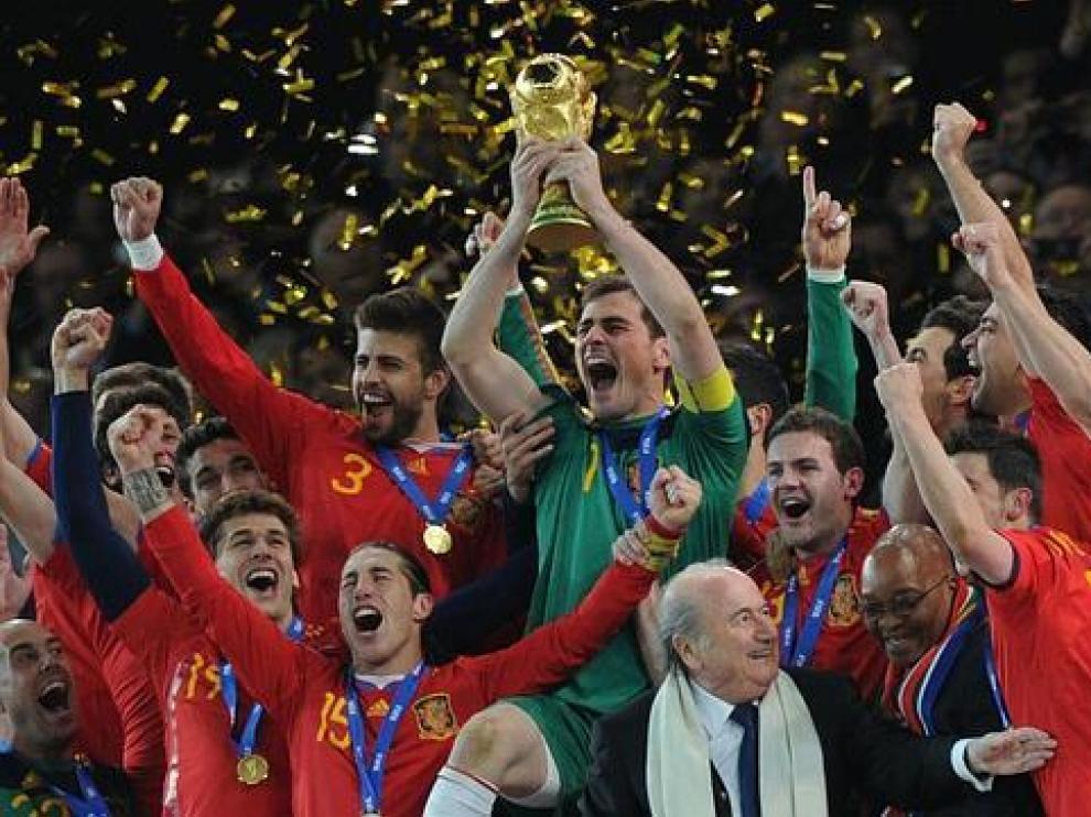 La selección española levante el título que le acredita como campeona del mundo de fútbol en 2010.
