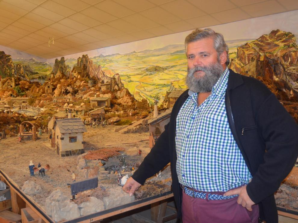 Manuel Bara, junto al belén que monta cada año en Pomar de Cinca.