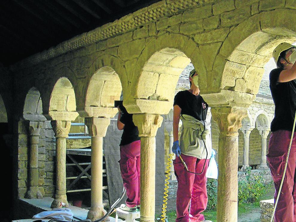 Trabajos de restauración en los arcos de medio punto del claustro.