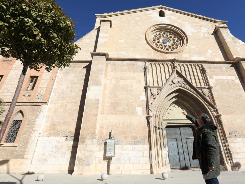 La restauración ha reparado también elementos de la fachada principal.