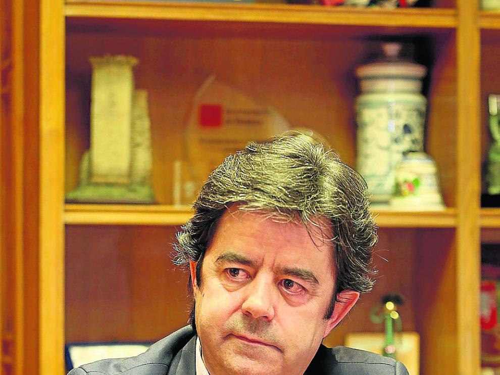 El alcalde de Huesca, Luis Felipe, en su despacho durante la entrevista.