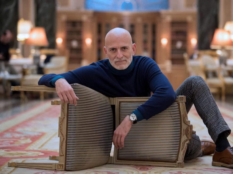 Alejandro Palomas posó así para los fotógrafos tras anunciarse que su novela 'Un amor' había ganado el premio Nadal 2018.