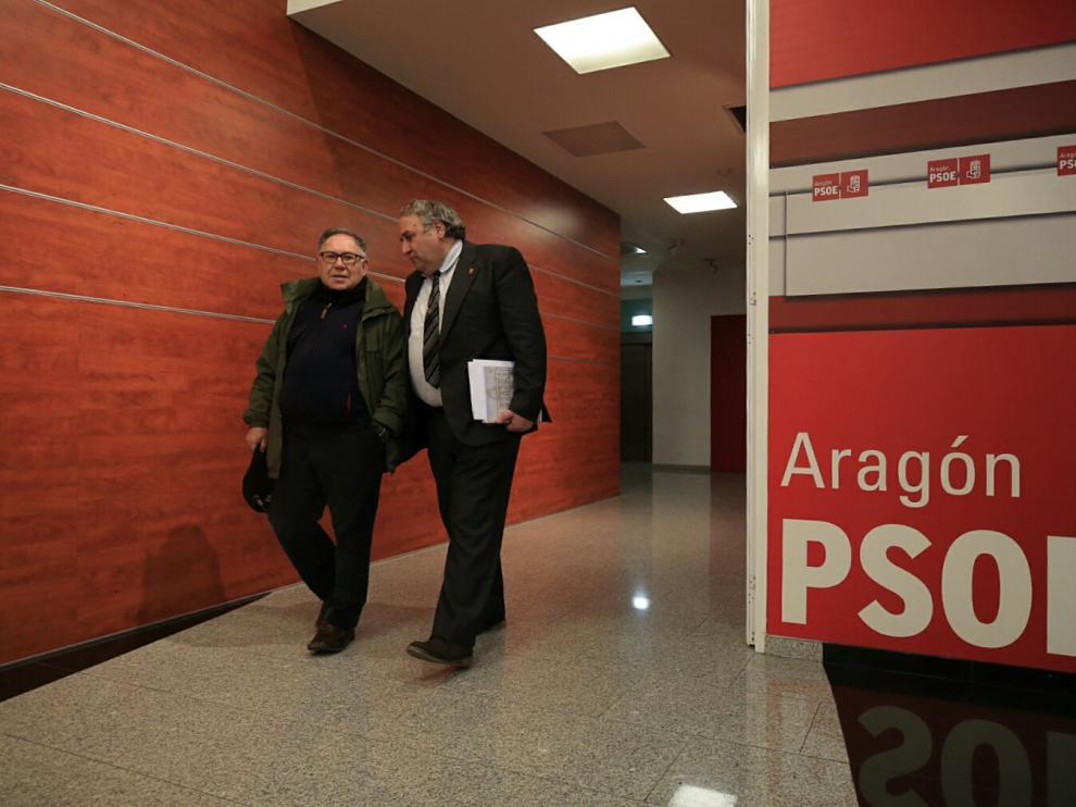 Miguel Ángel San Juan (derecha) en la sede del PSOE Aragón