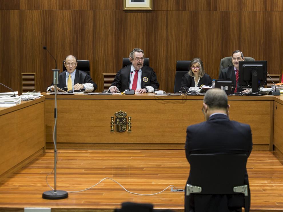 El juez Juan Alberto Belloch, ayer durante la sesión, con Agapito Iglesias en primer término.