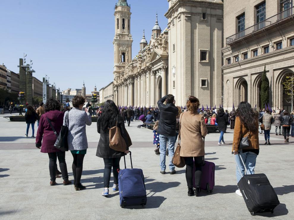 Turistas en la Plaza del Pilar de Zaragoza.