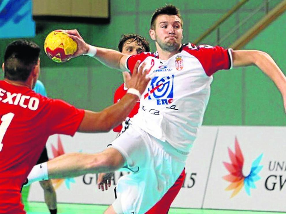 El serbio Stefan Cilic se dispone a lanzar.