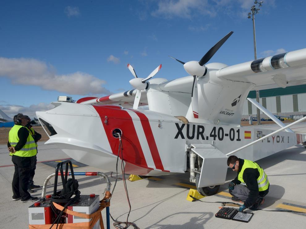 El prototipo del dron para la lucha contraincendios, en la pista del aeropuerto de Teruel.
