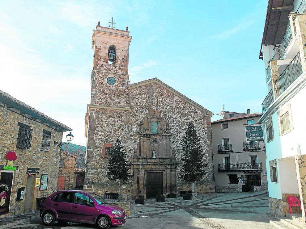 La plaza, con la iglesia parroquial, concreta también la oferta hostelera de la localidad.