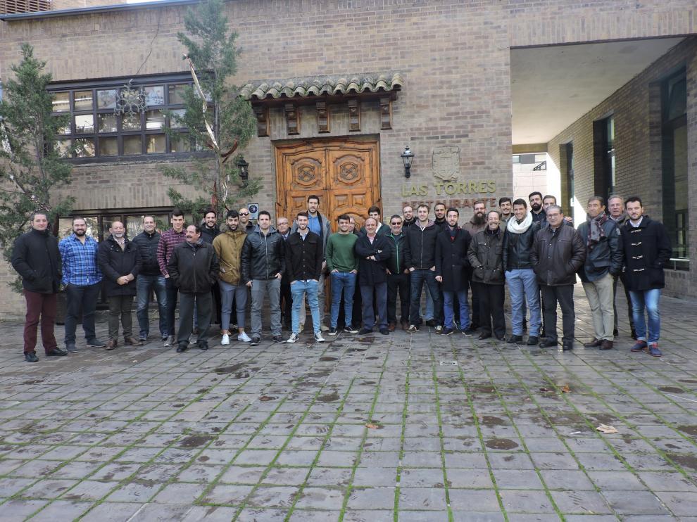 Plantilla, técnicos y directivos del Bada Huesca posan juntos este jueves a la salida de la comida.