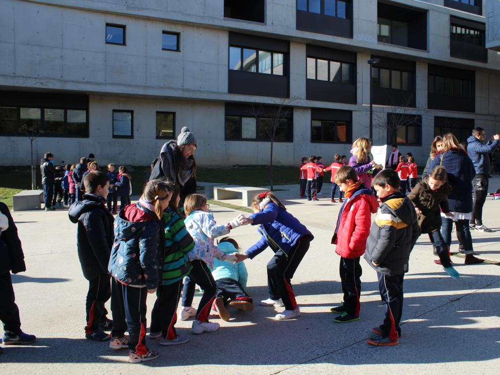 Un grupo de niños jugando a uno de los juegos