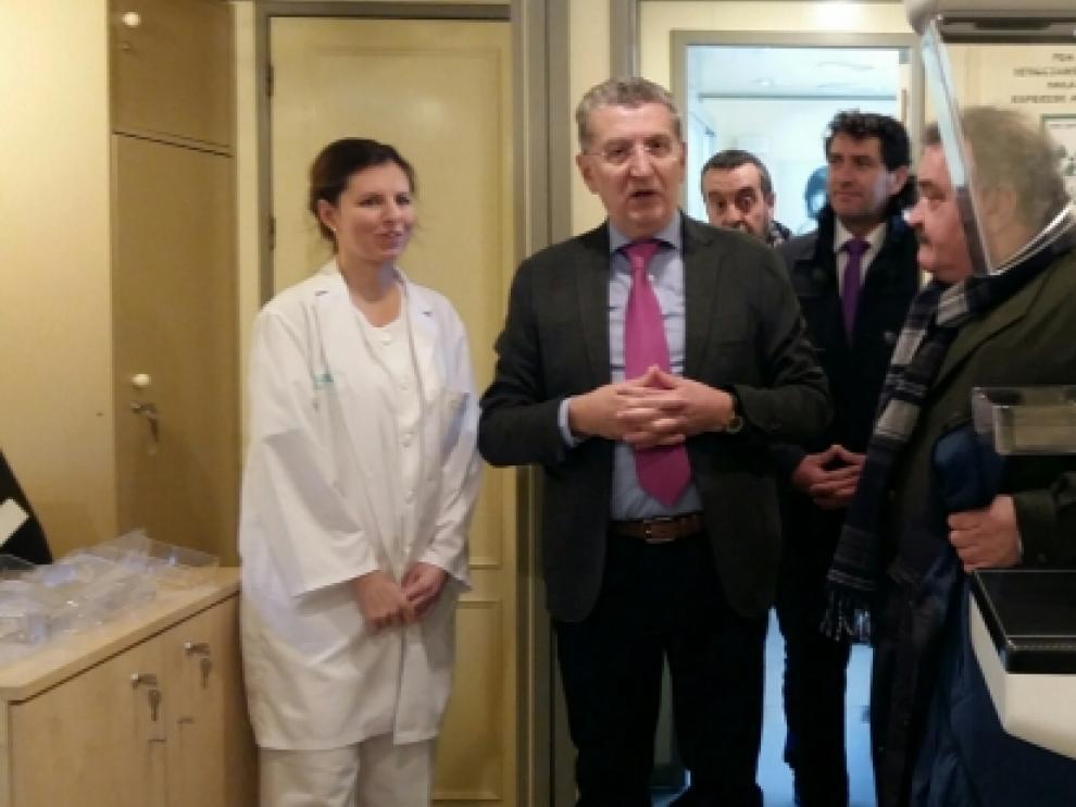 El consejero de Sanidad ha visitado la unidad móvil de Teruel, que incorpora el nuevo mamógrafo