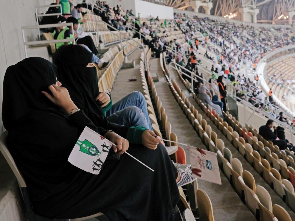 Mujeres saudíes, en un estadio de fútbol.